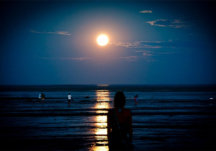 du-lịch-úc-Staircase-to-the-Moon-cable-Broome-711x497
